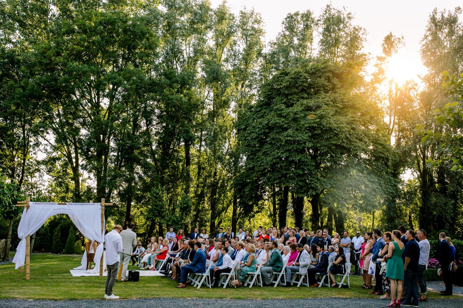Buiten trouwen in de zomer