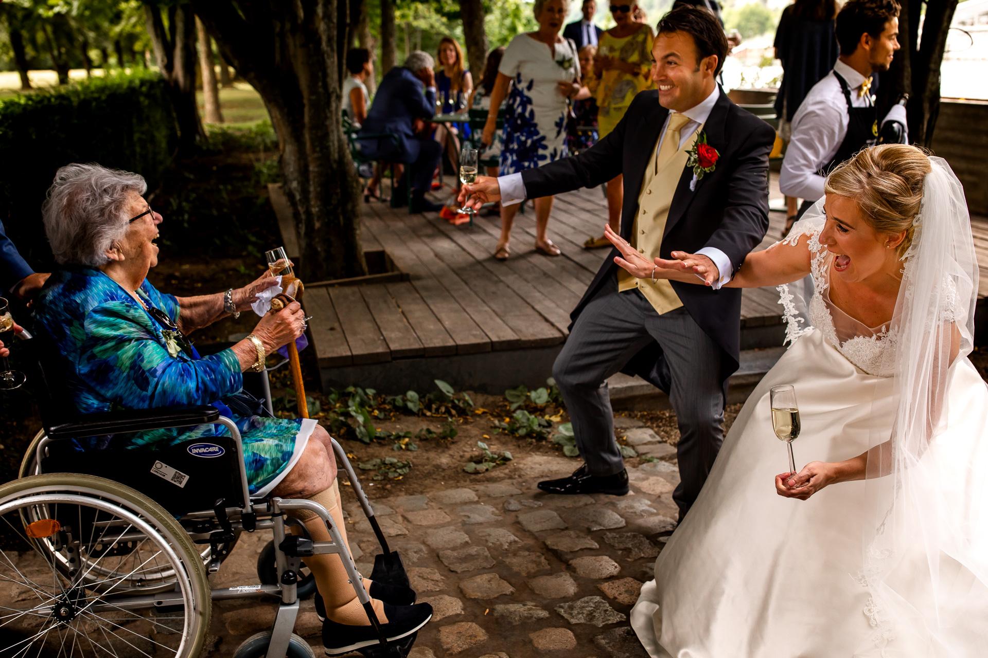 Oma op een bruiloft